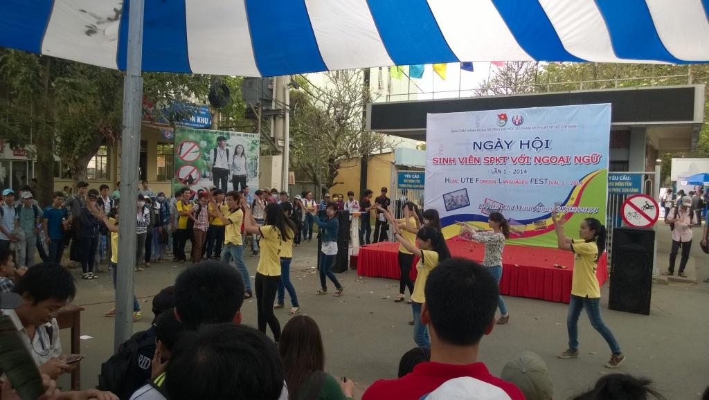 một bài múa của nhóm sinh viên dạy tiếng Anh khác